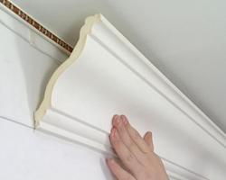 Как клеить потолочный плинтус?