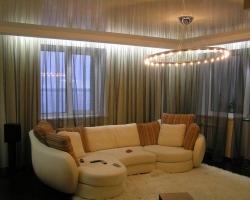 Натяжные потолки в гостиных комнатах