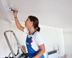 Устранение дефектов после покраски потолка