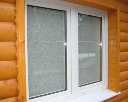Установка окон из пластика в деревянных строениях