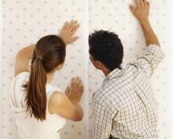 Оклеиваем стены обоями своими руками