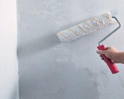 Обработка стен грунтовкой под обои
