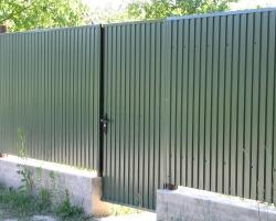 Забор из профнастила на загородном участке