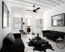 Как выбрать черный диван?