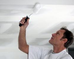 Покраска потолка – несложно и современно!