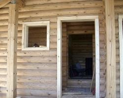 Строительные и отделочные работы: обсада дверей и покраска сруба