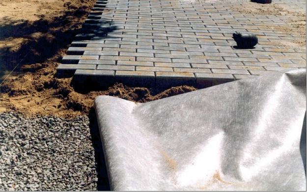 Поэтапная технология укладки тротуарной плитки на дачном участке. Продолжение