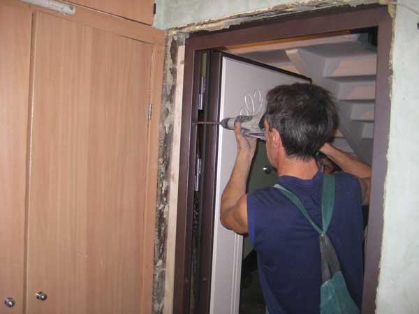 Как установить дверную коробку своими руками?