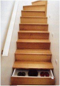 Используем свободное пространство под нашей лестницей