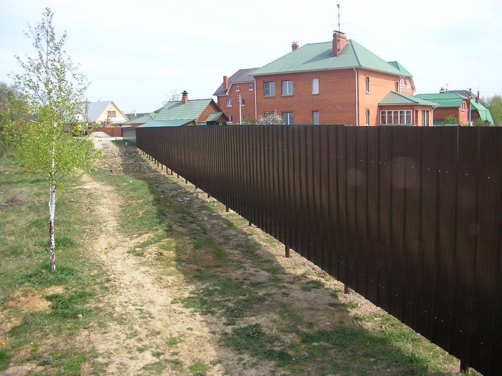 Забор из профнастила на участке