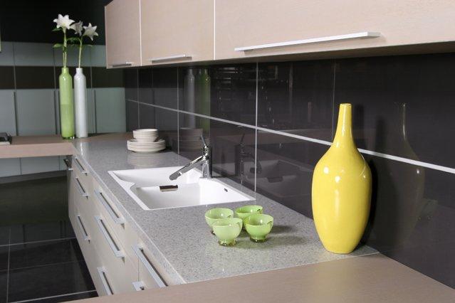 Кварцевый камень в интерьере кухни