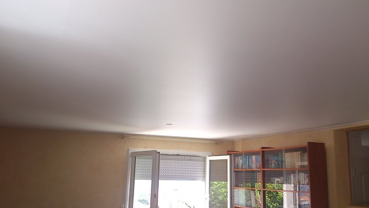 Преимущества сатиновых натяжных потолков