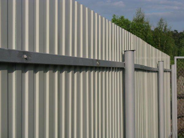 Забор на трубах своими руками