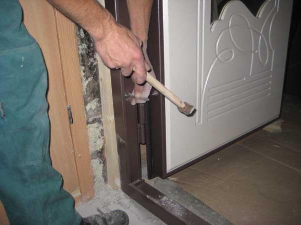 Как установить входные двери — начальные этапы