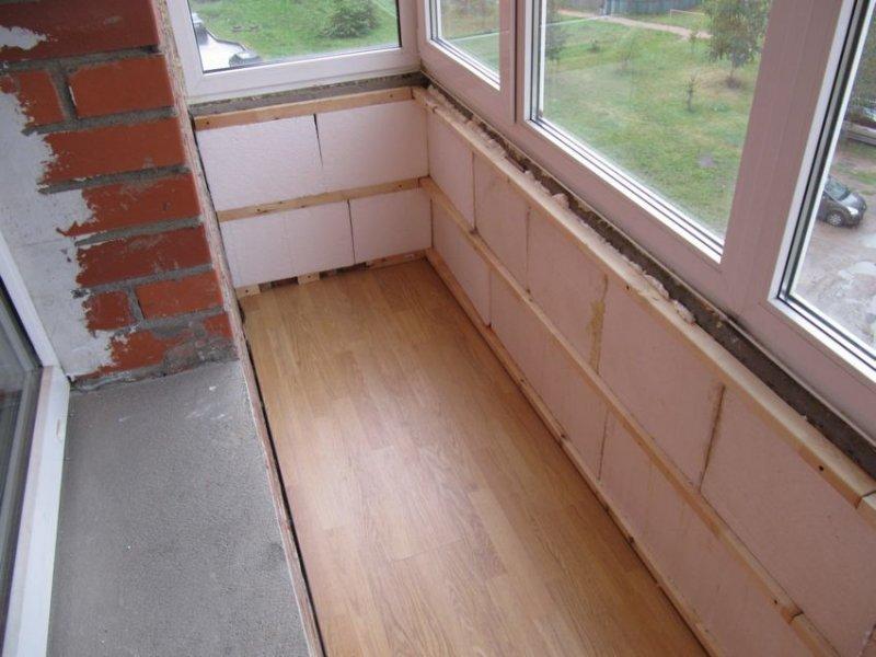 Чем лучше застеклить балкон?