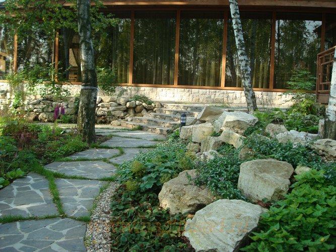Мощение дорожек на участке природным камнем