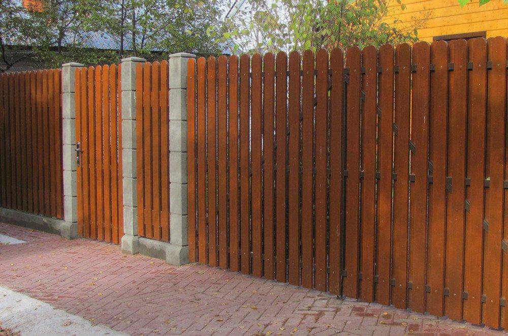 Стоит ли устанавливать забор из дерева?