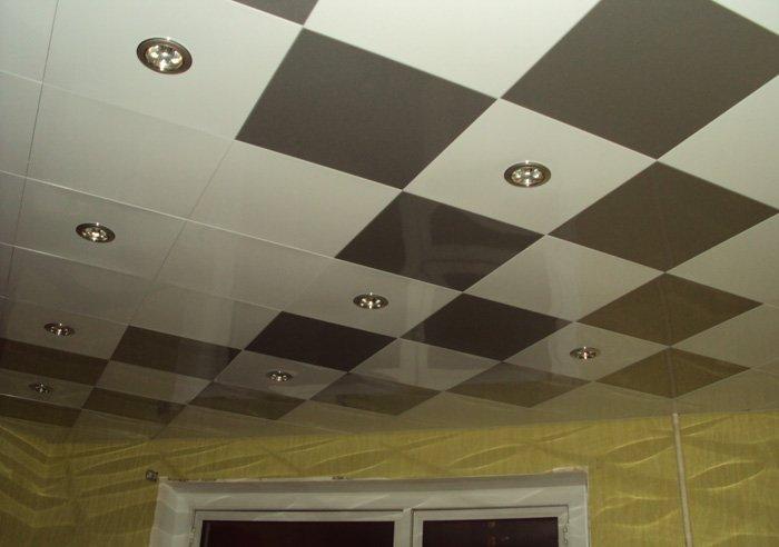 Монтирует навесной потолок самостоятельно. Продолжение