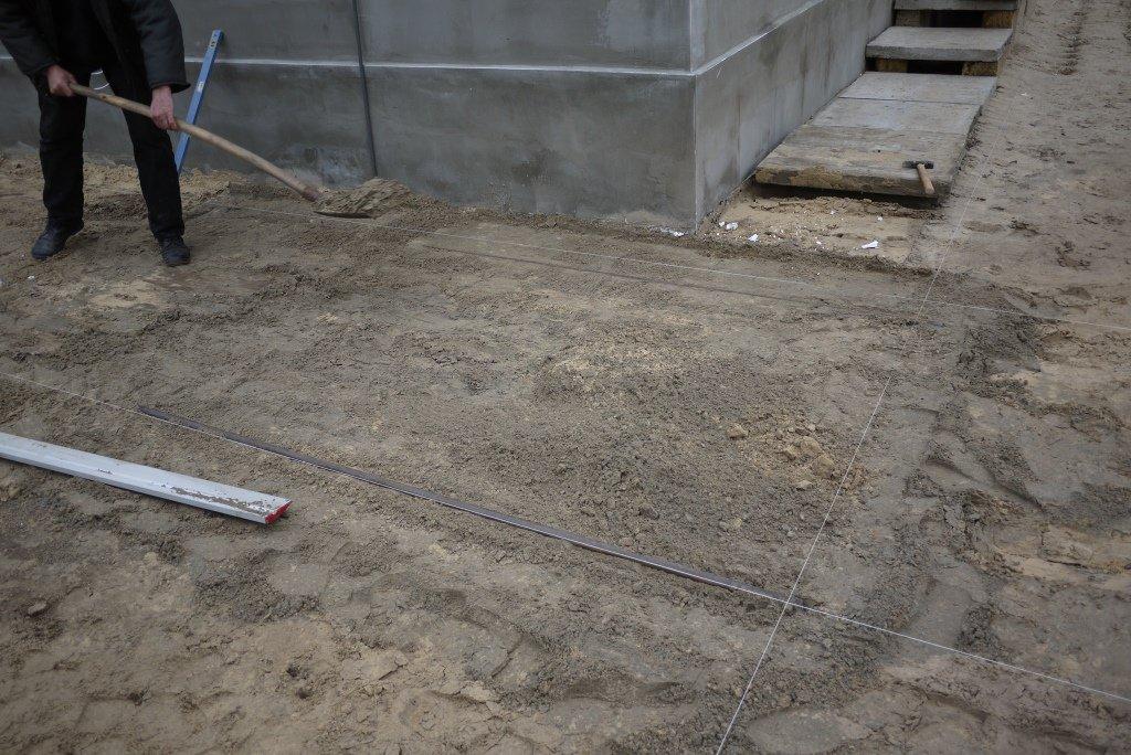 Как уложить во дворе своего дома тротуарную плитку