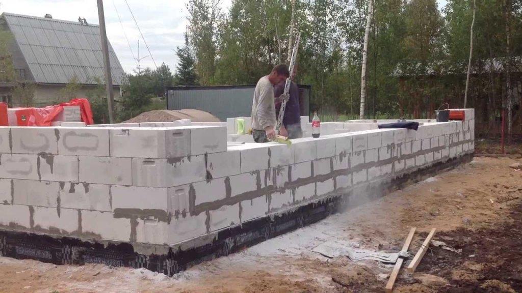 Дома из газобетона: особенности материала и преимущества готовых построек