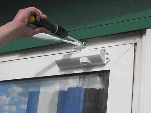 Устанавливаем гидравлический доводчик двери