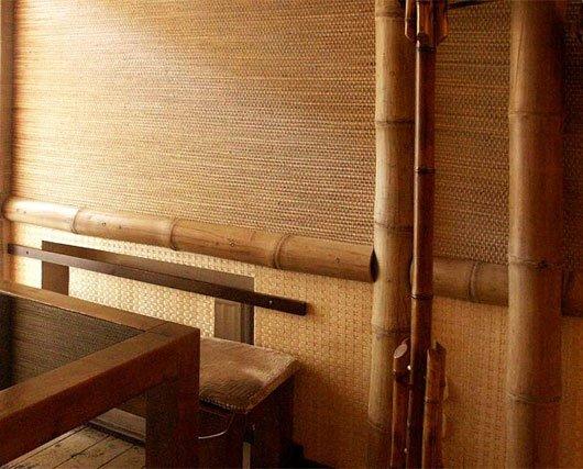 Клеим бамбуковые обои