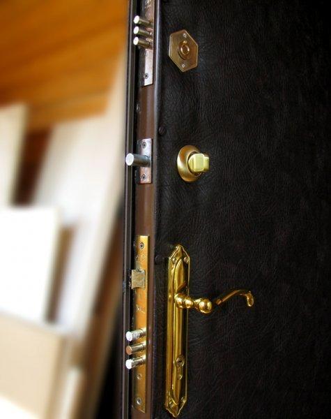 Ремонт: раздвижные двери и замена обивки
